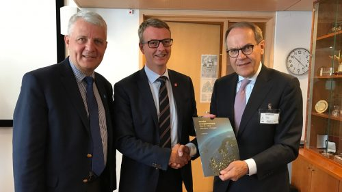 Jorma Ollila is handing over the report to Norwegian minister of energy, Terje Søviknes (in the middle) and Dagfinn Høybråten, secretary general of the Nordic Council of Ministers. Photo: Kristine Dahl/OED